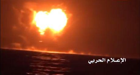 Phien quan Houthi ra don tan ac vao tau quan su UAE - Anh 1