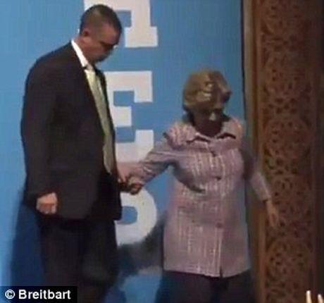 Ba Clinton lai tiep tuc ho, phai nho nguoi diu xuong khan dai - Anh 1