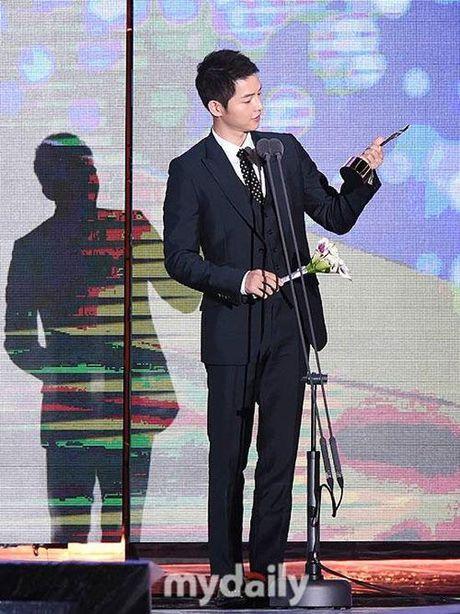 KET QUA APAN: Song Joong Ki gianh Giai thuong lon va Cap doi dep nhat, Lee Jong Suk trang tay - Anh 18