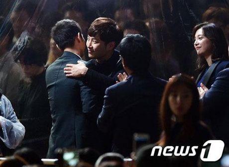KET QUA APAN: Song Joong Ki gianh Giai thuong lon va Cap doi dep nhat, Lee Jong Suk trang tay - Anh 7