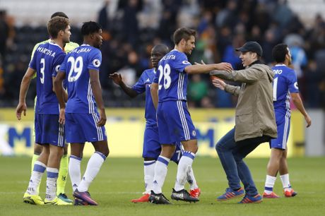Fan lao vao san mung Chelsea gianh chien thang - Anh 2