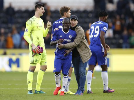 Fan lao vao san mung Chelsea gianh chien thang - Anh 3