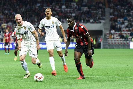 Nice vs Lorient (1-0, HT): Balotelli lien tuc bi pham loi - Anh 12
