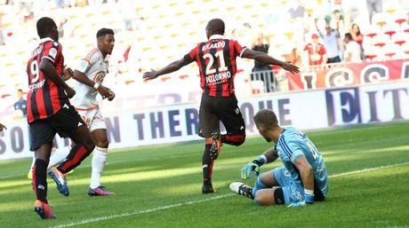Nice vs Lorient (1-0, HT): Balotelli lien tuc bi pham loi - Anh 3