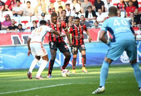 Nice vs Lorient (1-0, HT): Balotelli lien tuc bi pham loi - Anh 4