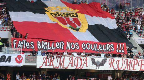 Nice vs Lorient (1-0, HT): Balotelli lien tuc bi pham loi - Anh 5