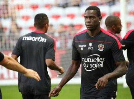 Nice vs Lorient (1-0, HT): Balotelli lien tuc bi pham loi - Anh 8