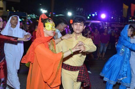 Hang nghin nguoi dan hoa cung 'vu hoi duong pho' Da Nang - Anh 8