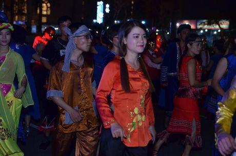 Hang nghin nguoi dan hoa cung 'vu hoi duong pho' Da Nang - Anh 9