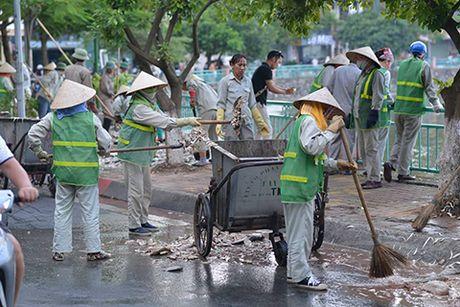 'Ho Tay that thu' duoi tham ca chet trang mat nuoc - Anh 2