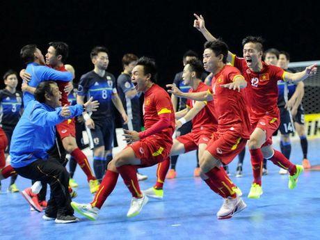 Xuan Truong hoi quan cung doi tuyen quoc gia, Futsal Viet Nam nhan giai cua FIFA - Anh 1