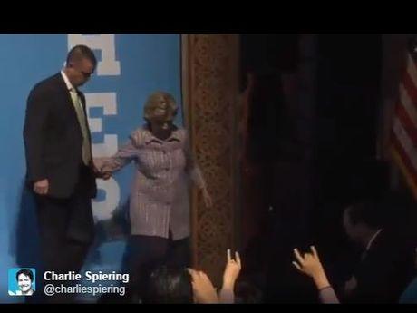 Ba Clinton lai tho doc khi phat bieu, 'run ray' can phu ta giup khi xuong cau thang - Anh 2