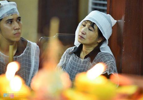 Showbiz 2/10: Ha Vi khong duoc tang kim cuong, nam NSUT dot tu tren san khau - Anh 1