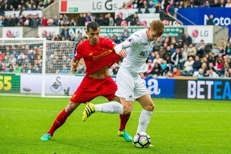 Chum anh: Thang nguoc Swansea, Liverpool chiem ngoi nhi Premier League - Anh 11