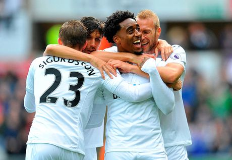 Chum anh: Thang nguoc Swansea, Liverpool chiem ngoi nhi Premier League - Anh 3