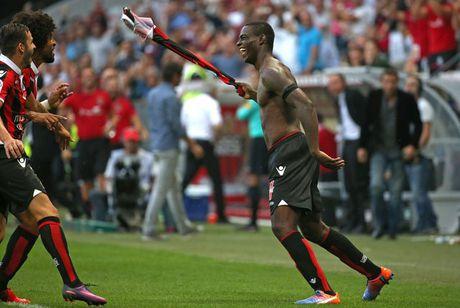 Balotelli ghi ban, nhan the do, dua Nice len ngoi dau Ligue 1 - Anh 1