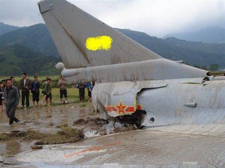 Tiem kich J-10 Trung Quoc bi…chim tan cong, phat no - Anh 4
