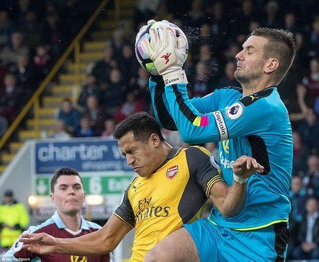 """""""Cui cho vang"""" Koscielny giup Arsenal ha Burnley - Anh 2"""