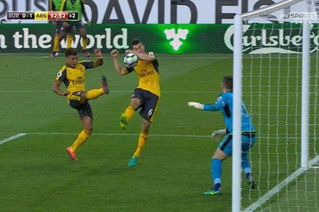 """""""Cui cho vang"""" Koscielny giup Arsenal ha Burnley - Anh 4"""