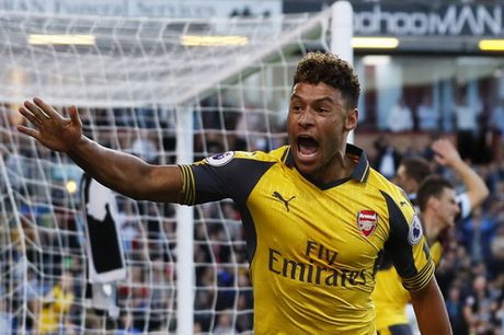 """""""Cui cho vang"""" Koscielny giup Arsenal ha Burnley - Anh 5"""