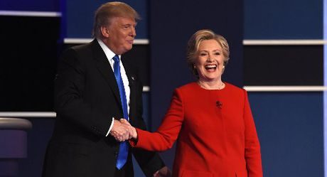 Ong Trump muon doi thu Hillary Clinton phai ngoi tu - Anh 1
