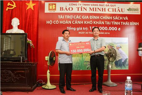 Trao tang 150 trieu dong cho cac gia dinh co hoan canh kho khan Thai Binh - Anh 2