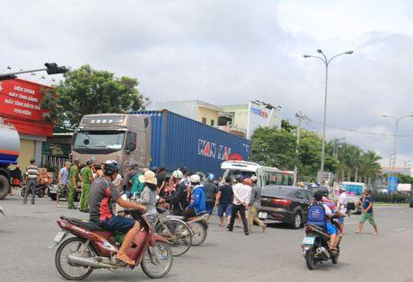 Da Nang: Cu ba chet tham duoi banh xe container - Anh 1