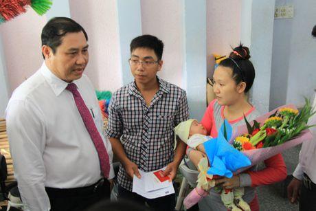 Chu tich Da Nang den tan nha trao giay khai sinh cho tre - Anh 1