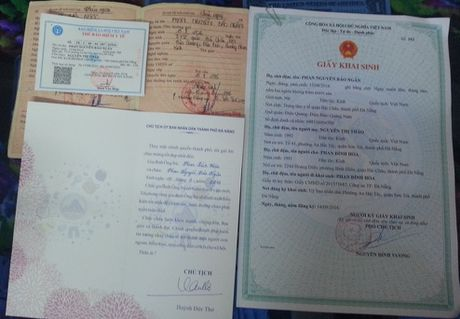 Chu tich Da Nang den tan nha trao giay khai sinh cho tre - Anh 2
