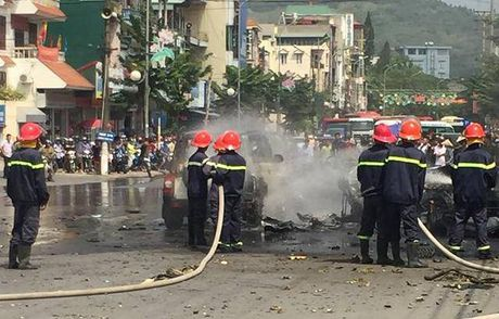 Quang Ninh: No xe o to tai thanh pho Cam Pha, 2 nguoi tu vong - Anh 1
