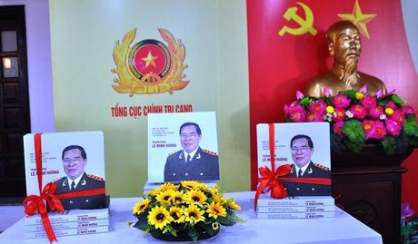 Tai hien bang hinh anh cuoc doi, su nghiep Thuong tuong Le Minh Huong - Anh 1