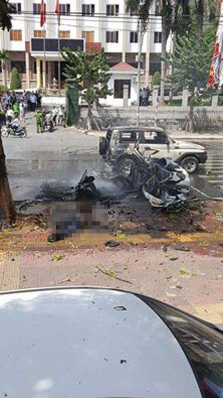 Hien truong taxi phat no kinh hoang khien 2 nguoi tu vong o Quang Ninh - Anh 1