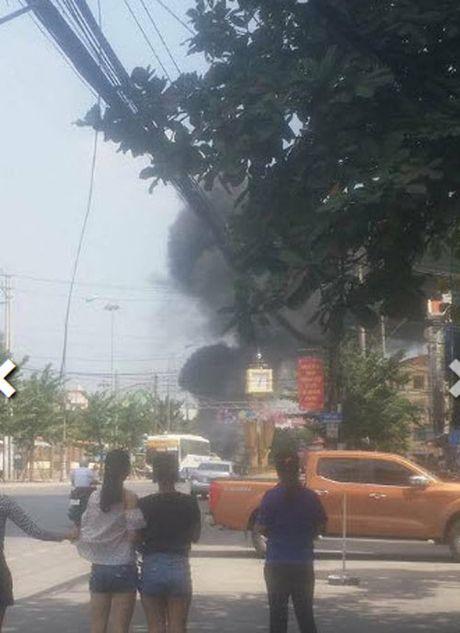 Hien truong taxi phat no kinh hoang khien 2 nguoi tu vong o Quang Ninh - Anh 2