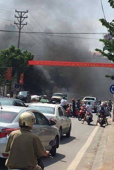 Hien truong taxi phat no kinh hoang khien 2 nguoi tu vong o Quang Ninh - Anh 5