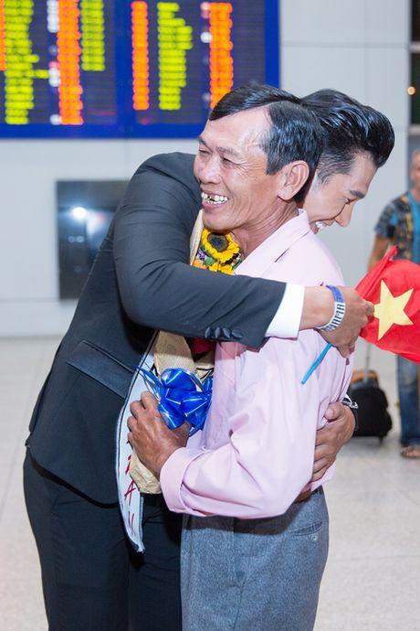 A Vuong Dai su Hoan cau Ngoc Tinh am ap trong vong tay gia dinh ngay tro ve - Anh 2