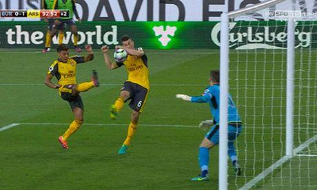 Arsenal thang nho pha ghi ban gay tranh cai o phut 93 - Anh 1