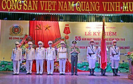 Nguoi bac sy mac sac phuc Cong an tan tam cong hien - Anh 2
