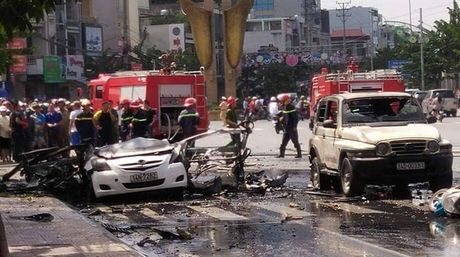 Cam Pha: No lien tiep khien xe taxi tan nat, co thuong vong - Anh 2