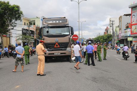 Da Nang: Va cham voi container, cu ba chet tham duoi gam xe - Anh 1