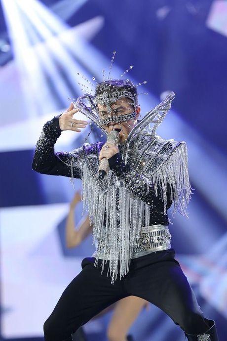 Thu Minh om hon tham thiet Dam Vinh Hung trong dem thu 2 cua 'Diamond Show' - Anh 1