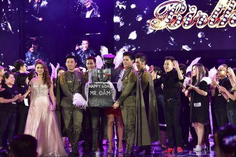 Thu Minh om hon tham thiet Dam Vinh Hung trong dem thu 2 cua 'Diamond Show' - Anh 3