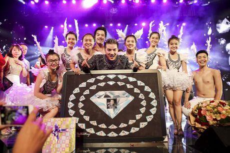 Thu Minh om hon tham thiet Dam Vinh Hung trong dem thu 2 cua 'Diamond Show' - Anh 4