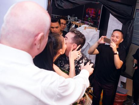 Thu Minh om hon tham thiet Dam Vinh Hung trong dem thu 2 cua 'Diamond Show' - Anh 7