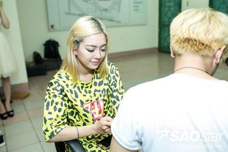 Noo Phuoc Thinh lang le ngoi tren khan dai co vu Dong Nhi trong liveshow dang cap - Anh 12