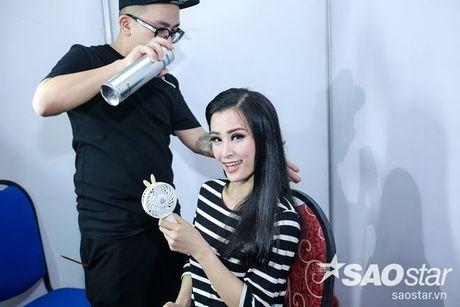 Noo Phuoc Thinh lang le ngoi tren khan dai co vu Dong Nhi trong liveshow dang cap - Anh 8