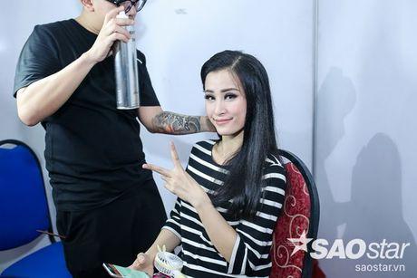 Noo Phuoc Thinh lang le ngoi tren khan dai co vu Dong Nhi trong liveshow dang cap - Anh 9