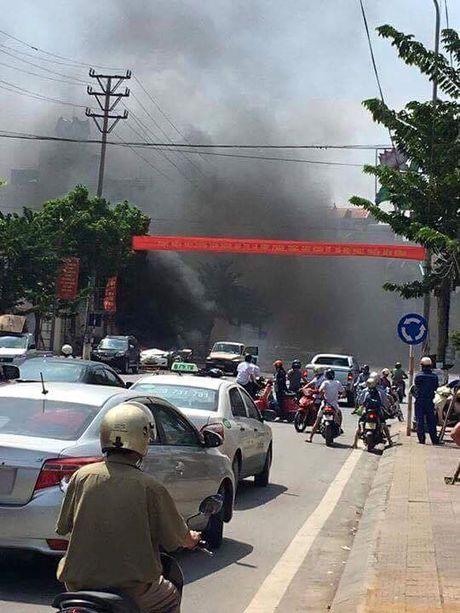 Quang Ninh: Xe taxi dang do bong phat no, 2 nguoi chet - Anh 1