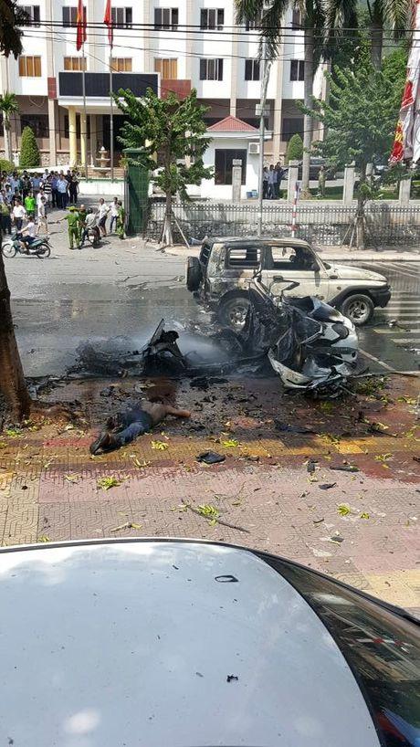 Quang Ninh: Xe taxi dang do bong phat no, 2 nguoi chet - Anh 4