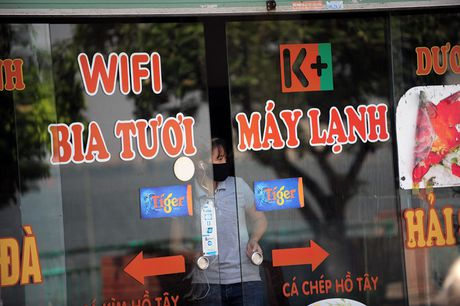 Hang quan dong cua, nguoi dan quanh Ho Tay khon don vi ca chet - Anh 1