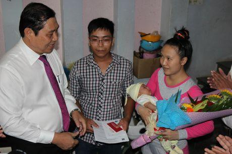 Chu tich Da Nang den tan nha trao giay khai sinh cho cong dan 'nhi' - Anh 1